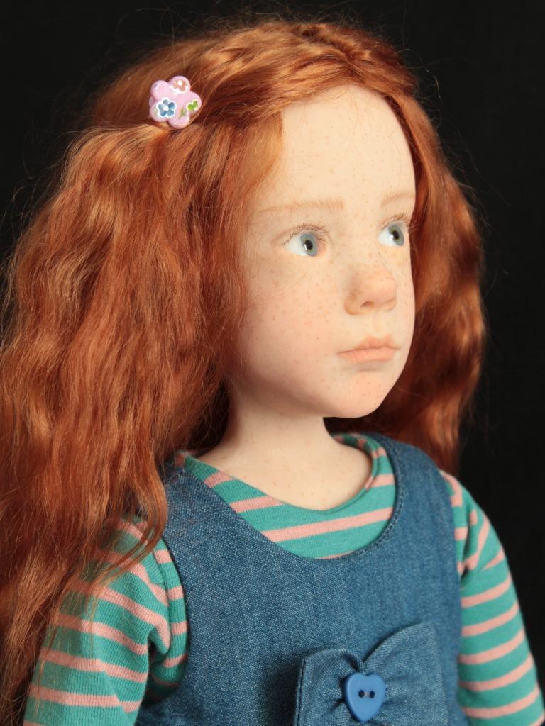Petite fille rousse avec une robe en jean