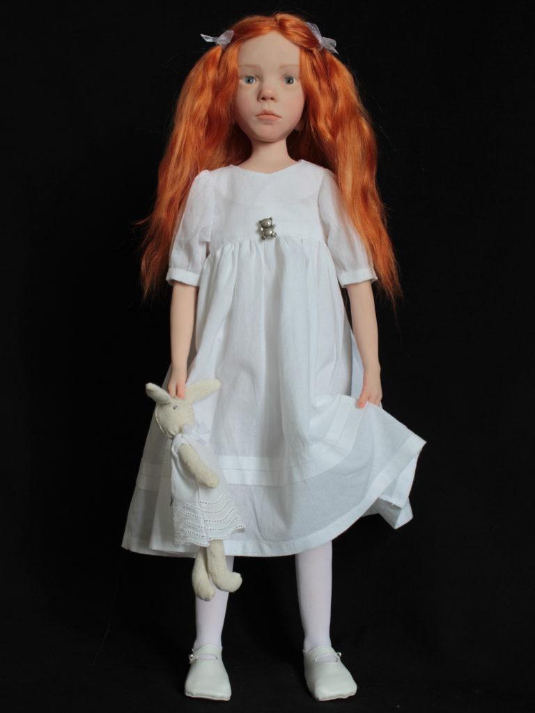 Petite fille rousse en blanc