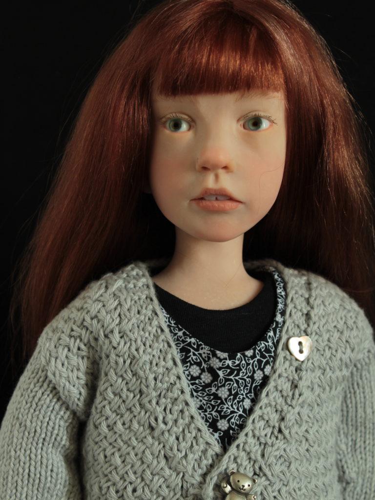 Petite fille châtain en noir et gris