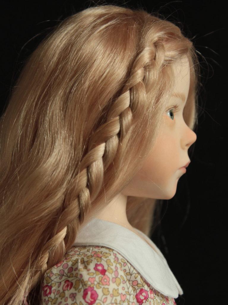 Petite fille blonde en Liberty rose