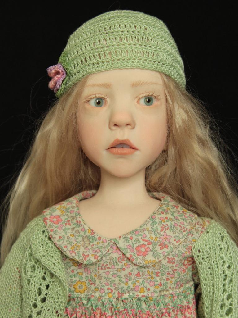 Petite fille blonde en Liberty vert