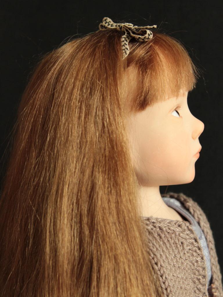 Petite fille en salopette mauve