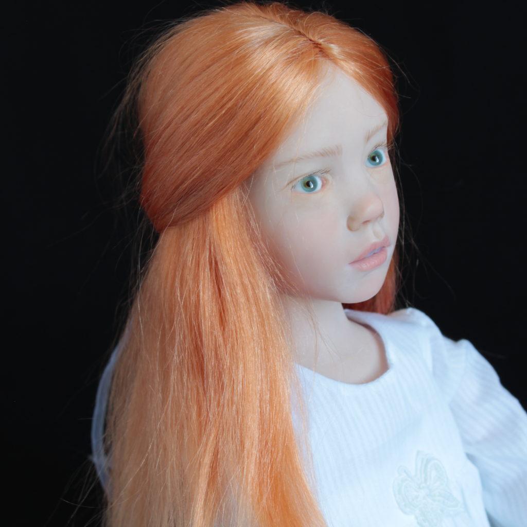 """""""Petite fille rousse assise en blanc"""""""